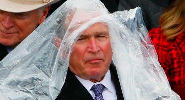 ¡George Bush pierde contra su impermeable e internet hace lo suyo!