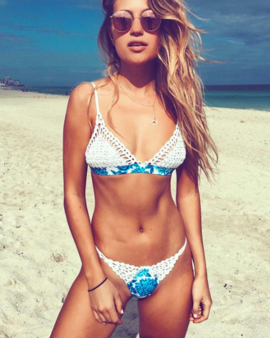 Paige Watkins en la playa