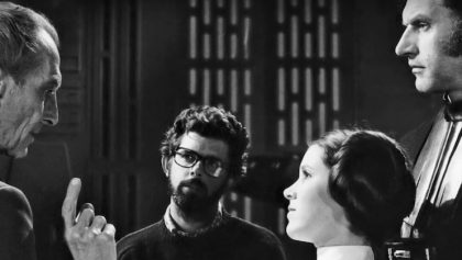 Peter Cushing y Carrie Fisher en el set de Star Wars