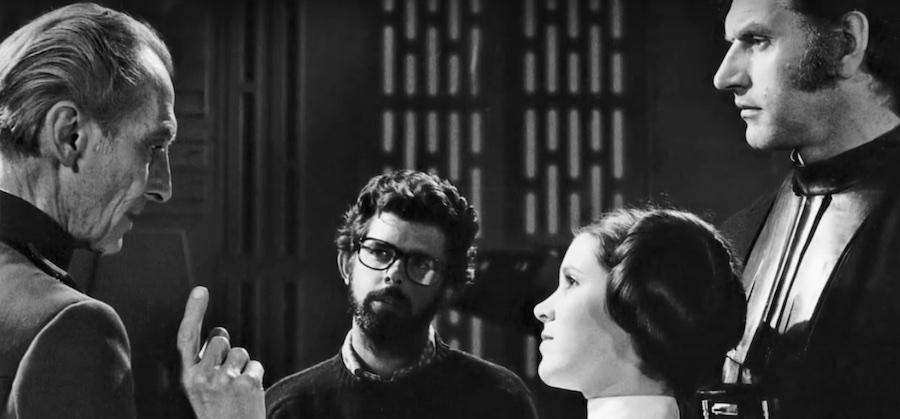 Peter Cushing y Carrie Fisher en el set de Star Wars