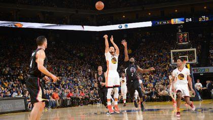 ¡Este es el mejor triple que verás de Stephen Curry!