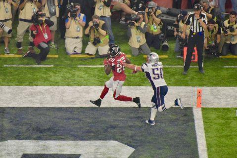 Tevin Coleman logra el touchdown ante la cobertura del LB Rob Ninkovich