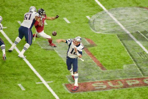 El QB Tom Brady lanzó para más de 460 yardas un récord en los Super Bowls