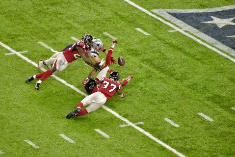 Julian Edelman logra una de las recepciones más memorables de la historia de los Super Bowls