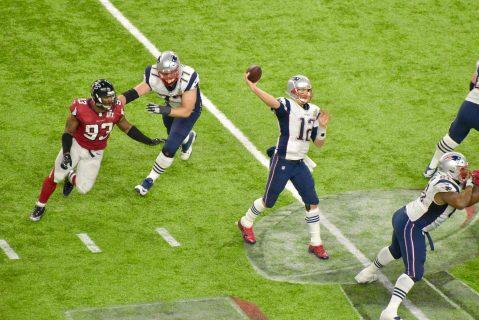 Con mucho tiempo, Brady comienza a mover peligrosamente a su ofensiva