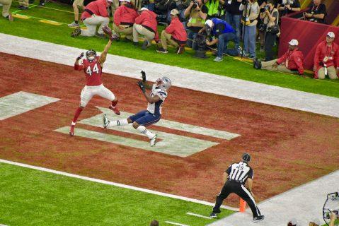 El linebacker Vic Beasley cubriendo perfectamente el pase en zona de goal