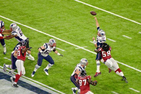 En la primera mitad Tom Brady recibió muchos golpes por parte de la defensa de Atlanta