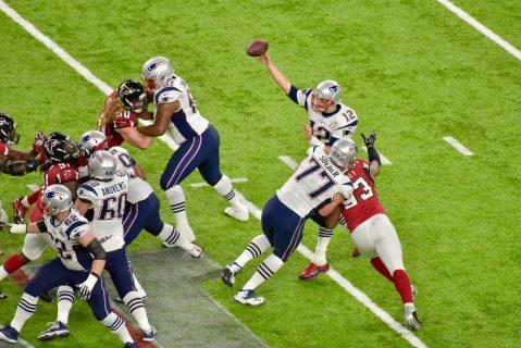 La presión hizo que Tom Brady lanzara un pick 6