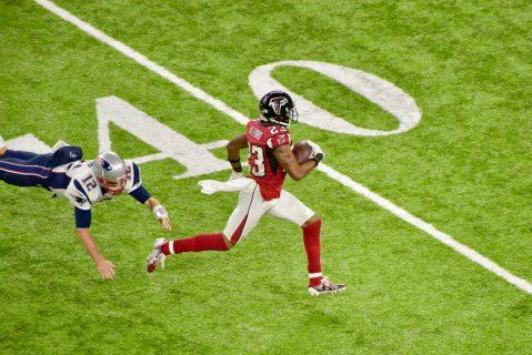 Tom Brady no puede evitar que Robert Alford ese balón a las diagonales