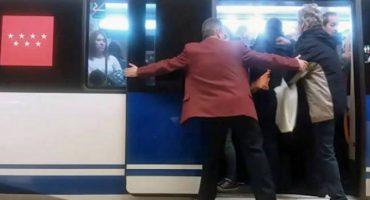 Y en la nota idiota del día: Contratan 'empujadores' para que la gente quepa en el Metro de Madrid
