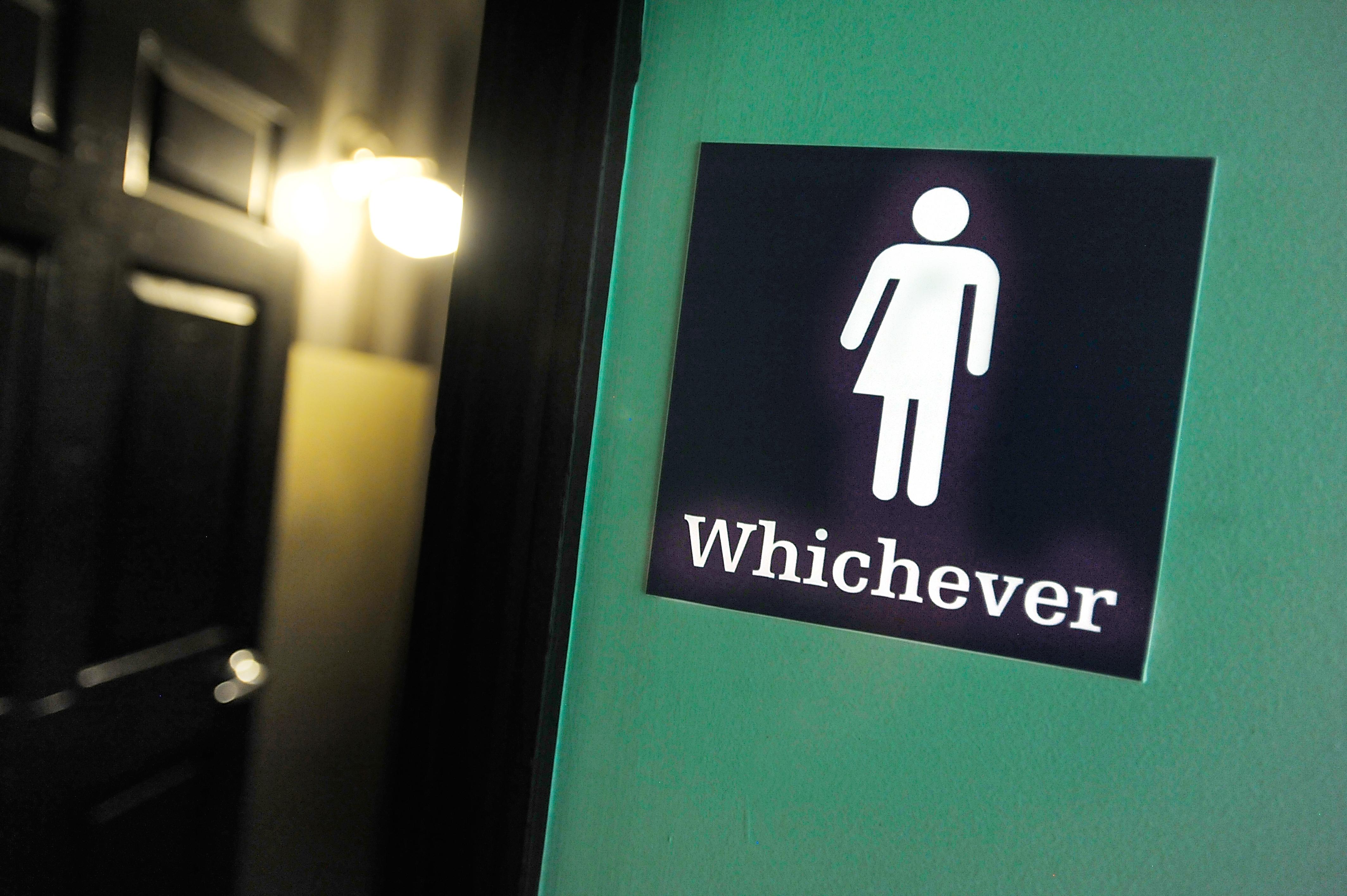 Las batallas por los sanitarios públicos: ¿Por qué hay gente que no quiere a personas trans en los baños?