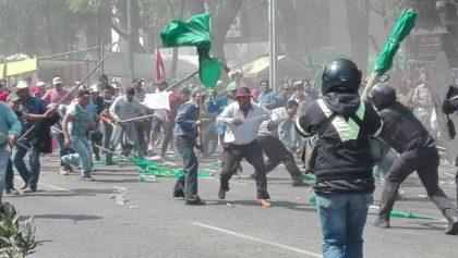 Campesinos y policías se enfrentan en Reforma, más de 20 heridos