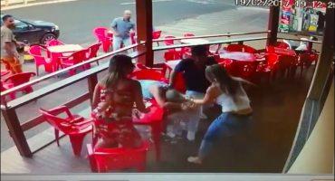 Lo agarran en la movida y la pelea de su novia se vuelve viral