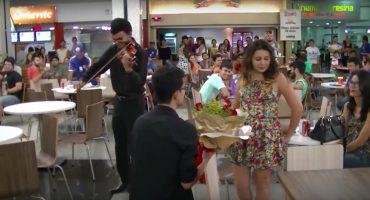 Esto es lo que pasa cuando pides matrimonio en un centro comercial