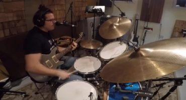 Superhombre orquesta ejecuta guitarra, batería y voz de