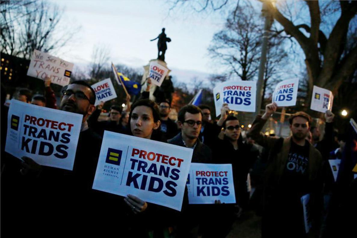 Administración de Trump anula protección a estudiantes transgénero