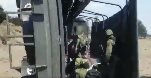 Vuelca camión militar que seguía a