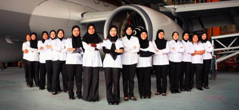Mujeres pilotean avión en Arabia Saudita