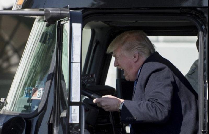 El presidente de Estados Unidos, Donald Trump, hace como que conduce un tráiler