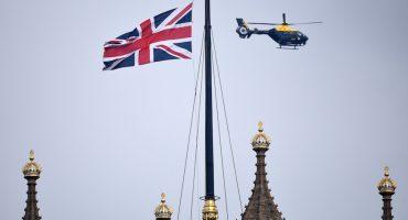 El héroe de Londres: parlamentario busca salvarle la vida a policía apuñalado