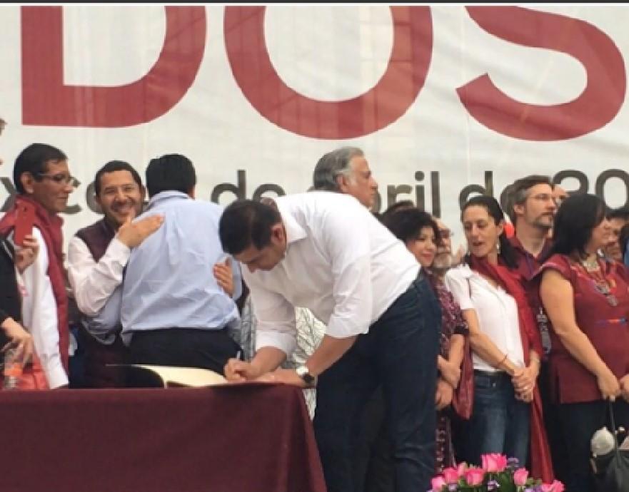 El diputado del PRI, Alejandro Armenta, firmando el acuerdo político impulsado por AMLO y Morena
