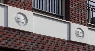 Porque hacía falta, un arquitecto decora edificio con emojis de WhatsApp