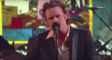 """Miren a Father John Misty tocar """"Ballad of the Dying Man"""" con Colbert"""