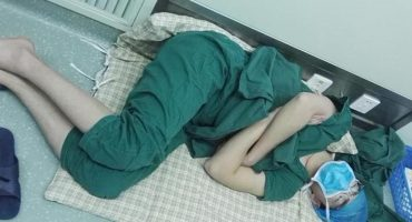 ¿Por qué la foto de este doctor dormido se hizo viral?