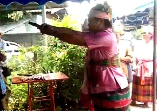 Médium realizando danza tradicional de Tailandia