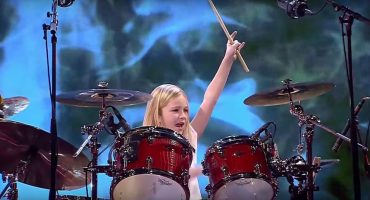 ¡Tienen que ver a esta niña tocar la batería en un show de talentos!