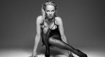 ¡Ay mamá!: Pamela Anderson posa con sensual lencería a sus 49 años