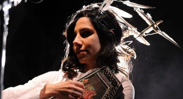 "PJ Harvey comparte su nueva canción ""A Dog Called Money"""