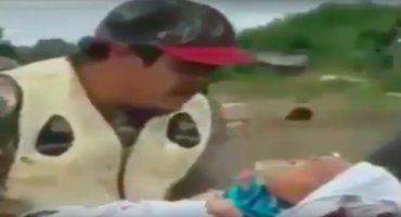 WTF!? ¡Este ritual pone a un bebé en el estómago de un animal!