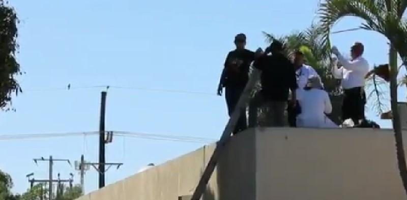 Autoridades recogen uno de los cadáveres arrojados desde una avioneta, en Sinaloa