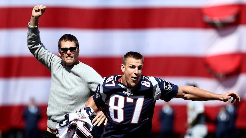 Tom Brady recupera el jersey robado,  Gronkowski se lo 'roba' otra vez