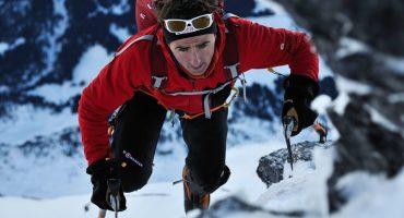 El alpinista suizo Ueli Steck escalando una montaña nevada