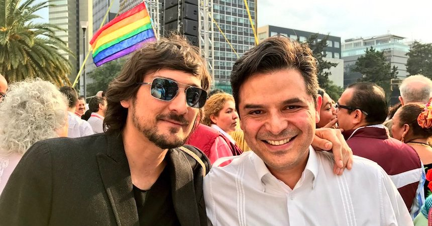 AMLOVE: El senador Zoé Robledo y León Larregui, cantante del grupo Zoé, se reunieron en el Monumento a la Revolución en un acto de Morena