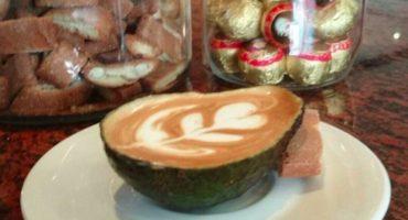 Avolatte, el misterioso y fino arte de servir un café en... ¿un aguacate?