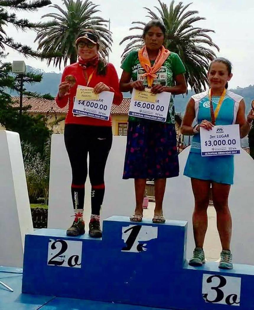 Corredora Tarahumara ganando ultramaratón