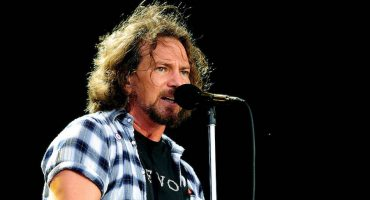 Miren a Eddie Vedder coverear a Talking Heads, The Rolling Stones y más