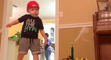 Vean a este bebé apagar una vela con un balón y mueran de ternura