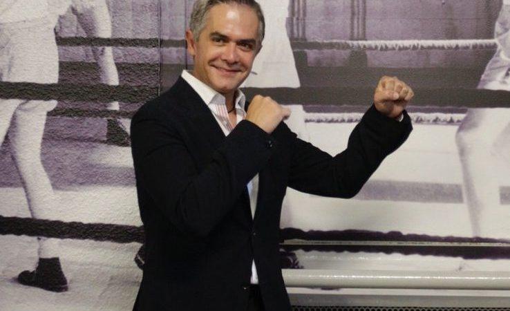 Mancera posando como boxeador en la inauguración del Museo del Boxeo