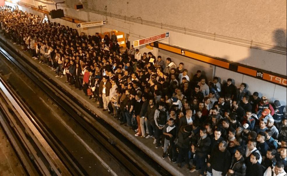 Multitud esperando el metro en Tacuba