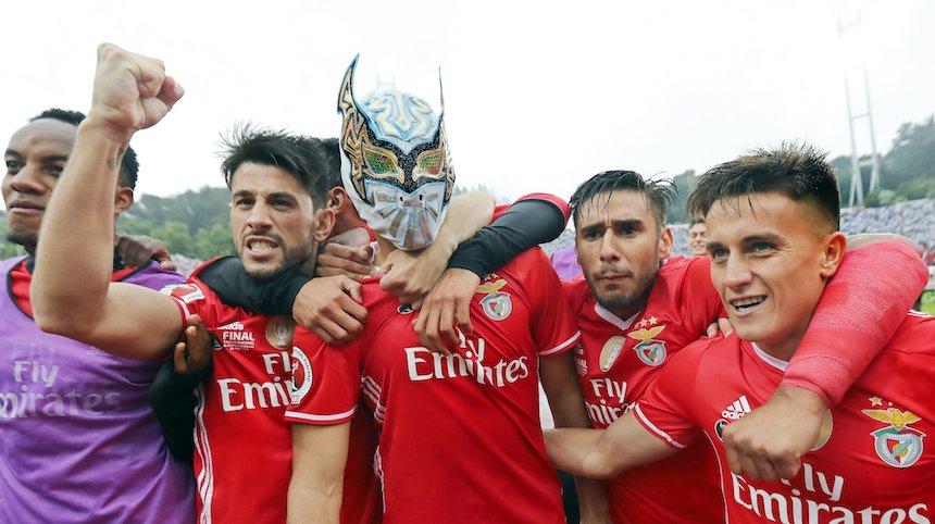 Raúl Jiménez festeja con la máscara de 'Sin Cara'