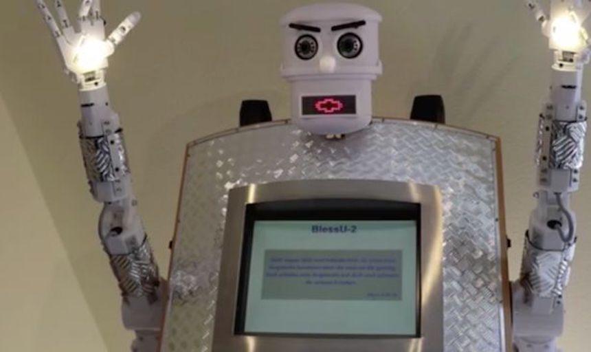 ¡El escalofriante robot sacerdote que te da bendiciones y pesadillas!