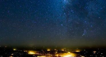 ¡Miren toda la belleza del cielo estrellado en este épico video!