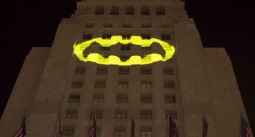 La batiseñal brilla en Los Ángeles en honor a Adam West