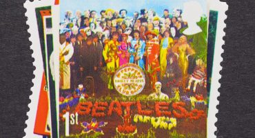 ¿Quién es el futbolista que sale en la portada Sgt Pepper's Lonely Hearts Club Band?