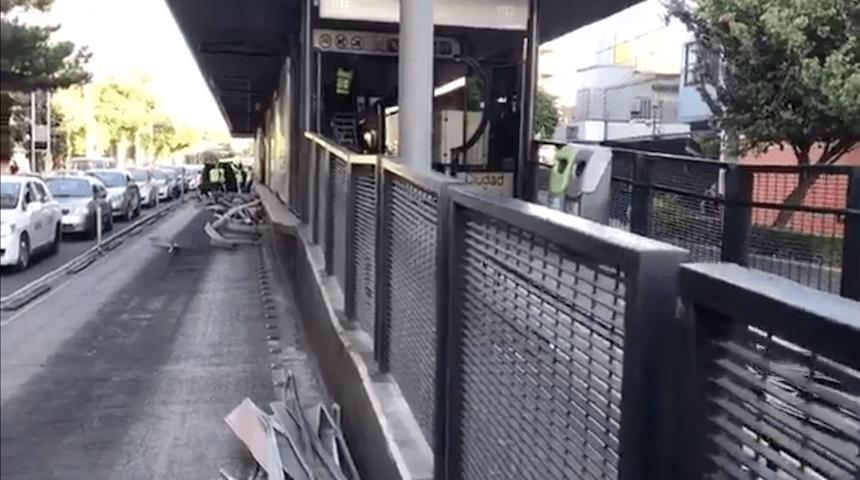 Trailero daña estación de Metrobús Xola