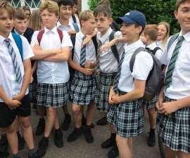Protesta de alumnos en el condado de Devon, por no dejarlos usar shorts